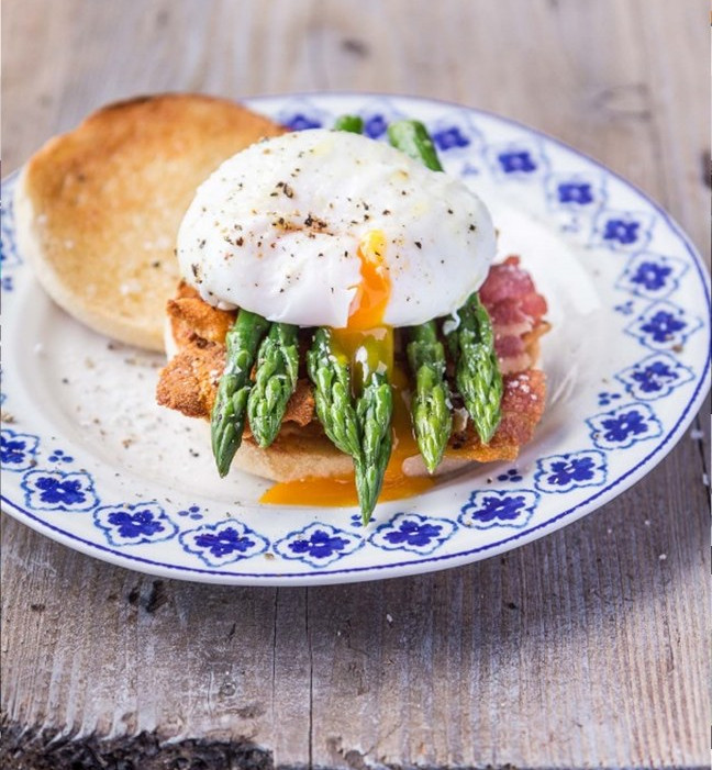 Brunch muffins with poached eggs, asparagus tips and smoked bacon